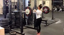 Crossfit féminin un circuit d'exercices intense!